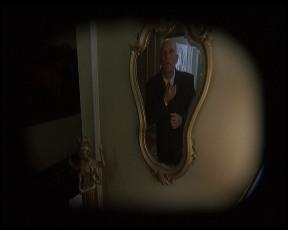 Szürreális élmény: A bábművész a tükörből John Malkovich-ként néz vissza magára