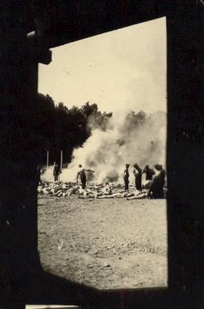 """Alberto Errera (""""Alex""""), a Sonderkommando tagja 1944 augusztusában a gázkamra ajtaján vagy ablakán keresztül készített fotóinak egyike"""