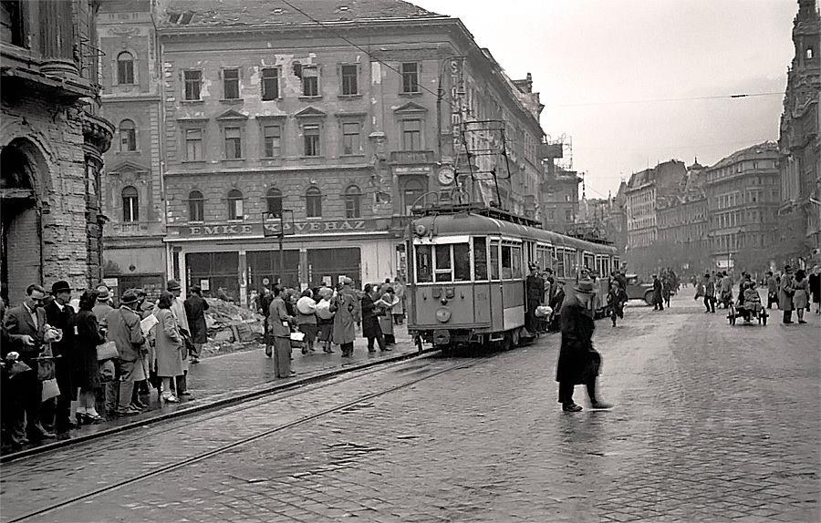 Az EMKE kávézó a Rákóczi út és a Nagykörút sarkán, Budapest felszabadítása után, 1945 tavaszán. A kép bal szélén a Nemzeti Színház egykori épülete. Fotó: http://emkekavehaz.hu