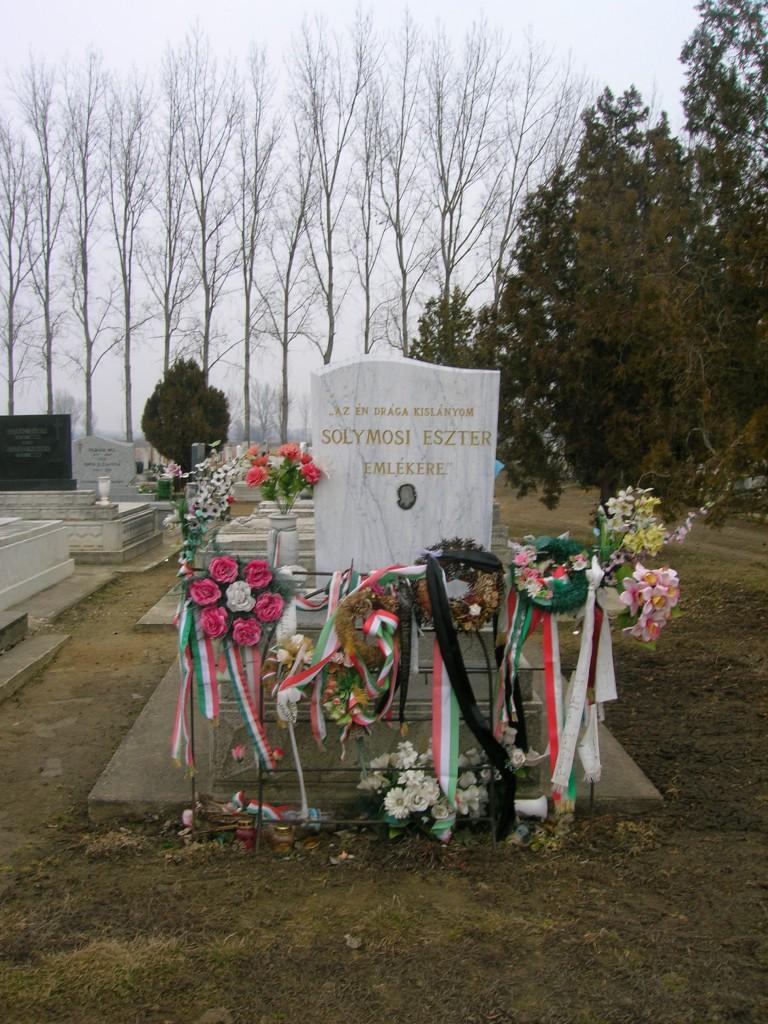 Sólymosi Eszter sírja Tiszaeszláron. Fotó: Kékesi Zoltán, Németh Hajnal, 2012.