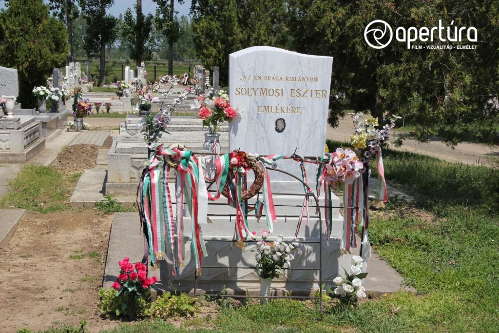 Solymosi Eszter jelképes sírja a tiszaeszlári temetőben. Állíttatta: Kenessey Csaba, 1994-ben, rajta a Lelkiismeret '88 2007-ben elhelyezett emléktáblája. Fénykép: Németh Hajnal, 2012 ©Németh Hajnal–Kékesi Zoltán.