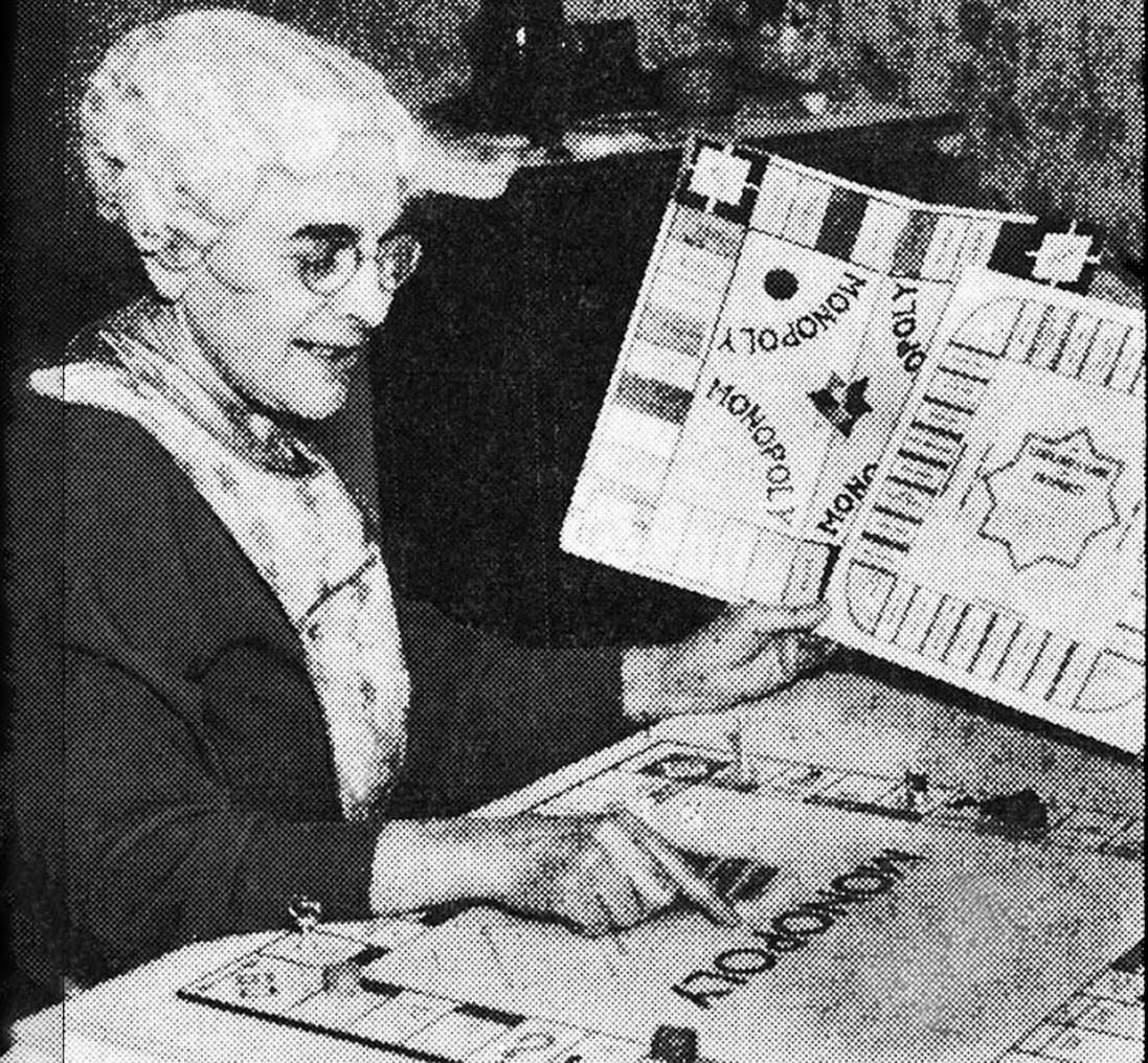 Elizabeth J. Phillips a washingtoni Evening Star 1936-os felvételén, kezében a <em>The Landlord's Game</em> és a <em>Monopoly</em> tábláival.