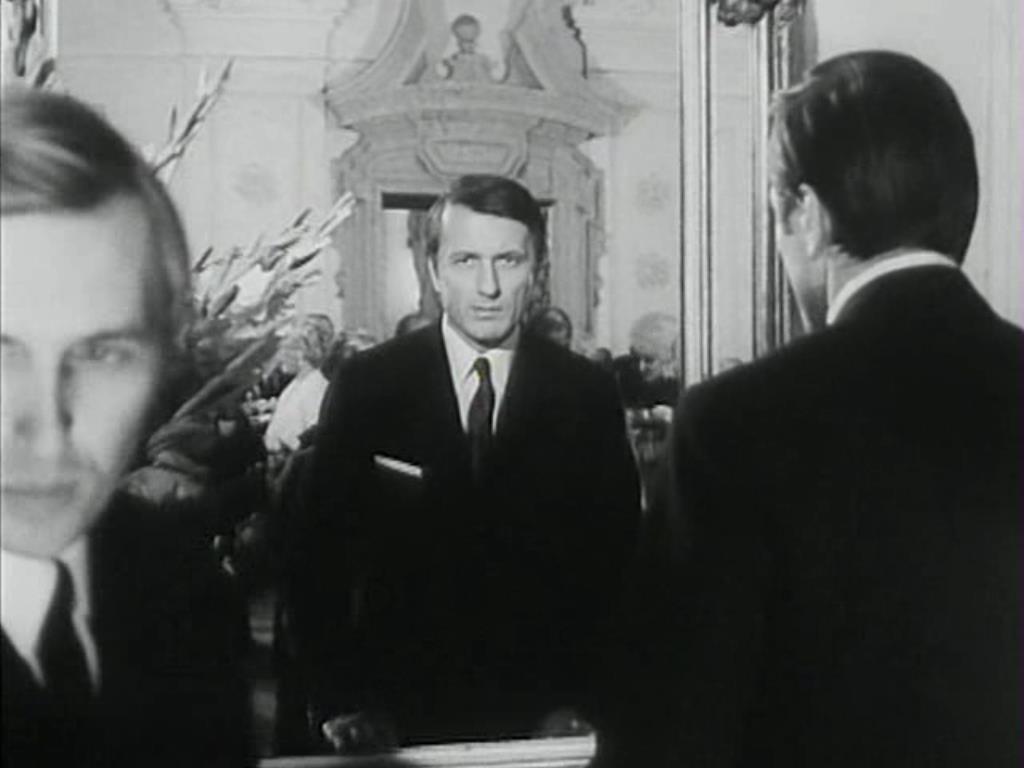 Ludvík (Radoslav Brzobohatý) önvizsgálata a tükörben   (<em>A fül</em>. Karel Kachyňa, 1970)