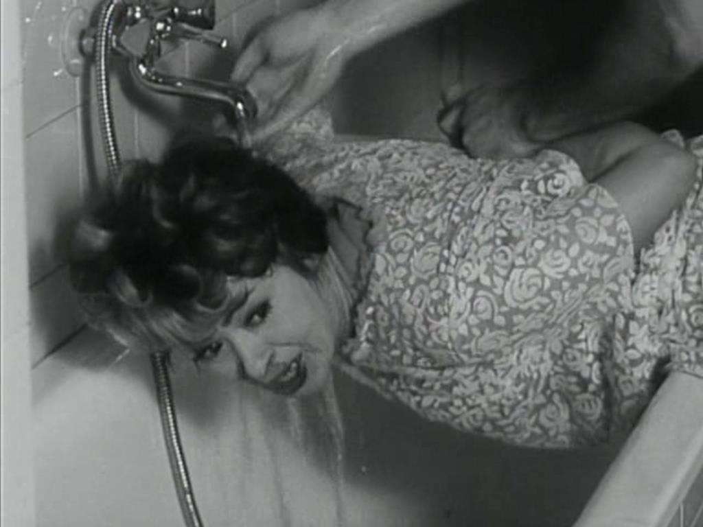 Ludvík megpróbálja Annát elhallgattatni  (<em>A fül</em>. Karel Kachyňa, 1970)