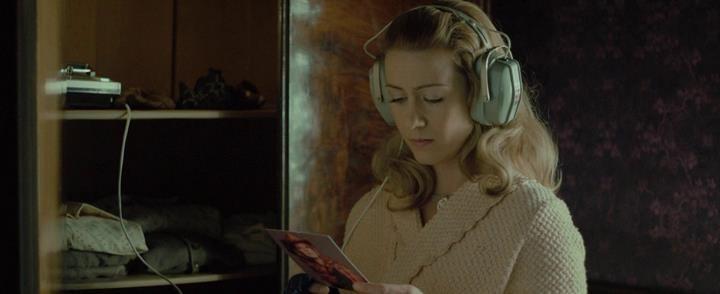A fülhallgató mint egyfajta köldökzsinór, a bezárulás jelölője a <em>Lizá</em>ban