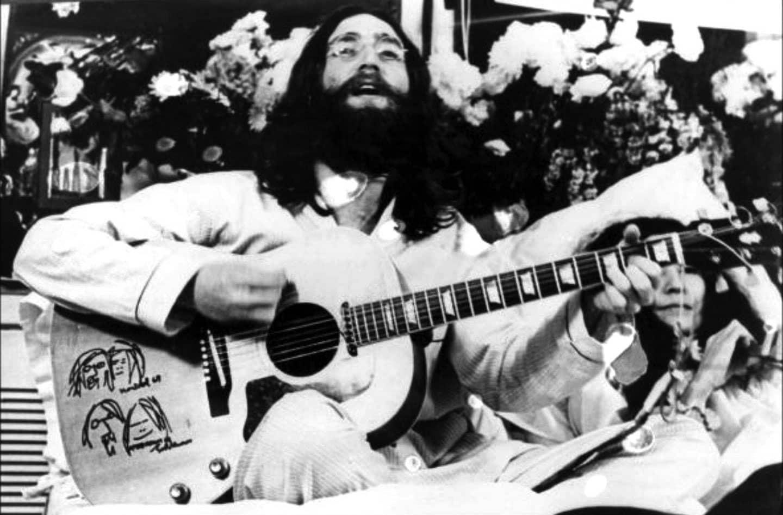 John Lennon a <em>Give Peace A Chance</em> előadása közben