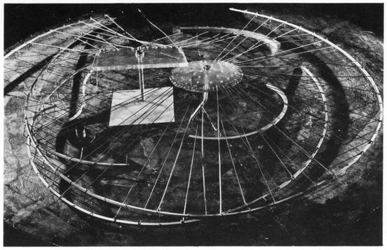 Constant Nieuwenhuys: <em>Design for a Gypsy Camp</em>, 1956-58. Rozsdamentes acél, alumínium, plexi, olaj. A hágai Gemeentemuseum Den Haag gyűjteményéből.
