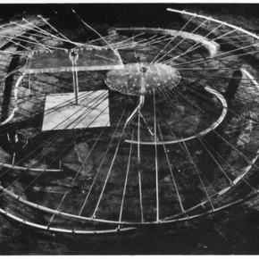 Constant Nieuwenhuys: Design for a Gypsy Camp [Egy cigánytábor terve], 1956-1958, rozsdamentes acél, alumínium, plexiüveg, olajfesték, fa. Gemeente museum, Hága. Fotó: Victor Nieuwenhuys.