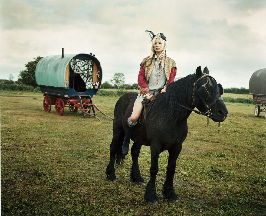 Kate & the Gypsies, Iain McKell, 2009. (Divatfotó a V magazinnak, a képen Kate Moss.)
