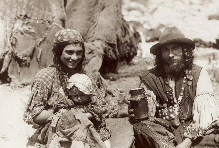 Kalderás cigányok sátor előtt, valószínűleg 1930 körül. Ismeretlen forrás.