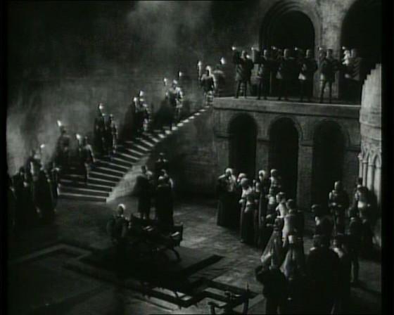 1. Színpadi díszletek között vonulnak be a statiszták Laurence Olivier 1948-as filmjében. (Hamlet. Laurence Olivier, 1948)