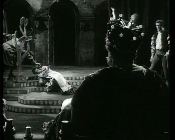 3. A félkörben kocsizó kamera megáll Claudius feje mögött, amikor a színész királyt Lucianus megmérgezi.