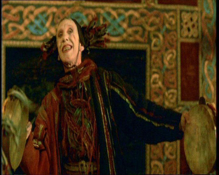 6. Zeffirelli <em>Hamletjé</em>ben (1990) a darabot bevezető prológus egy groteszk, bolondos figura, a korabeli közönségbevonó ceremóniamesterek méltó utódja.