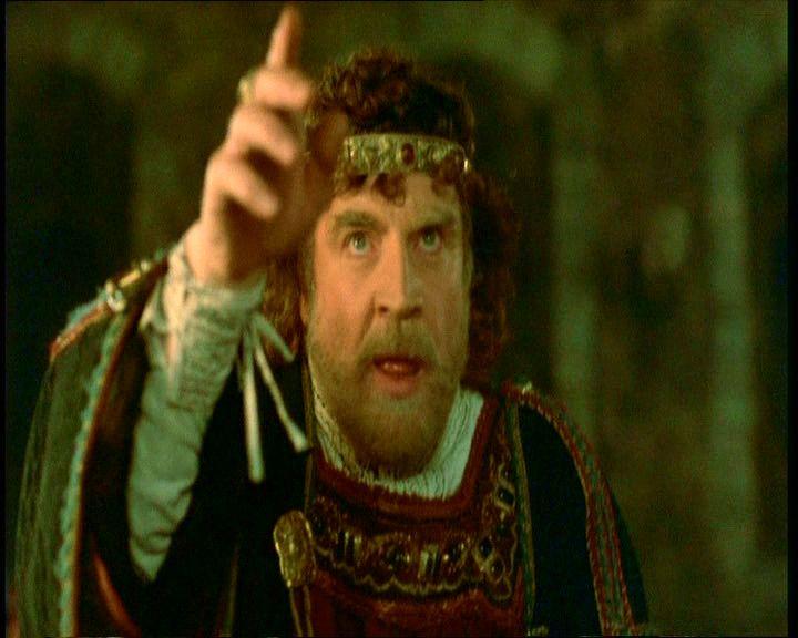 7. Claudius zavartan néz a színpadi gonosztevőre, az pedig ugyanolyan zavartan néz rá vissza. Nehéz nem észrevenni a színpadi gonosztevő és Hamlet közötti feltűnő hasonlóságot.