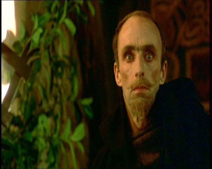 8. Claudius zavartan néz a színpadi gonosztevőre, az pedig ugyanolyan zavartan néz rá vissza. Nehéz nem észrevenni a színpadi gonosztevő és Hamlet közötti feltűnő hasonlóságot.