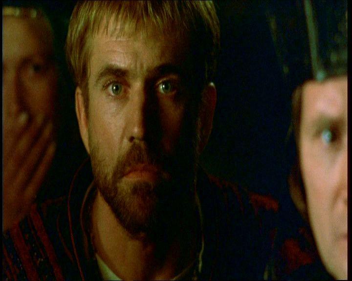 9. Claudius zavartan néz a színpadi gonosztevőre, az pedig ugyanolyan zavartan néz rá vissza. Nehéz nem észrevenni a színpadi gonosztevő és Hamlet közötti feltűnő hasonlóságot.