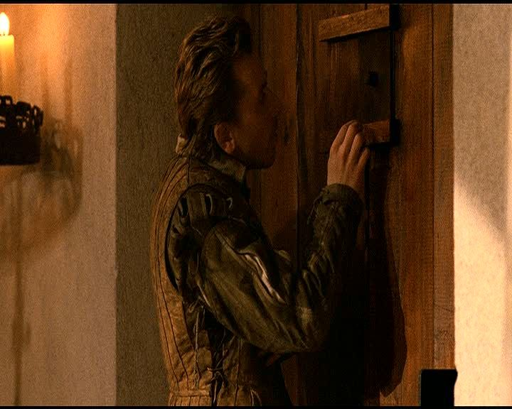 10. <em>Rosencrantz és Guildenstern halott</em> (<em>Rosencrantz &amp; Guildenstern Are Dead</em>. Tom Stoppard, 1990): Guildenstern egy ajtót vizslat, és kíváncsian tolja félre a kémlelőnyílást.