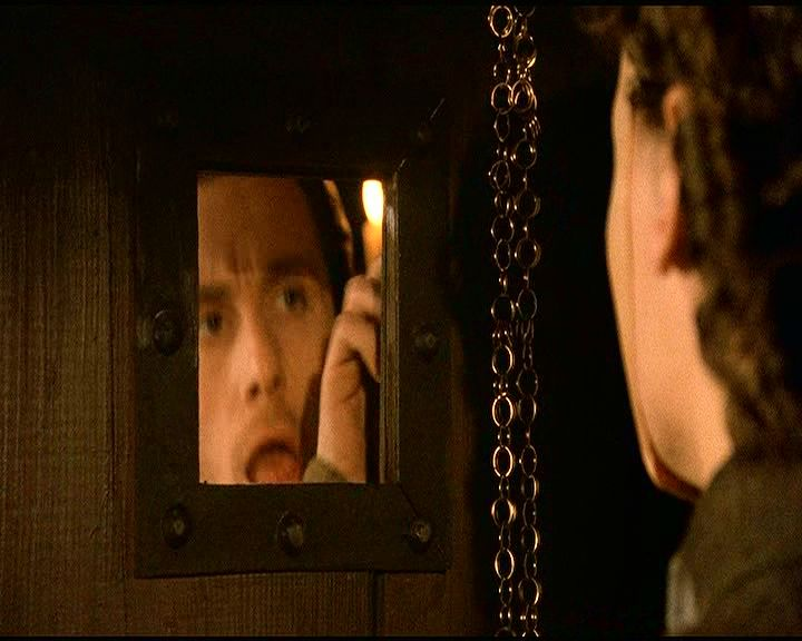 12-13. Guildenstern és a maszkos színész farkasszemet néznek a tükrös tolóajtó két oldalán, és zavarba jönnek, amikor saját tükörképük gyanánt látják a másikat.