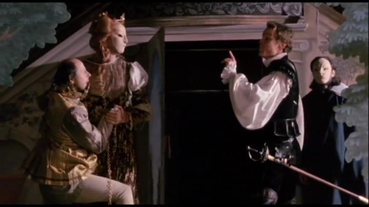 16. A különböző fikciós szintek egymást meg is szakítják: Hamlet Opheliát kergetve berohan a terembe, ahol éppen annak a drámának a próbája folyik, amelyben ő állít kelepcét.