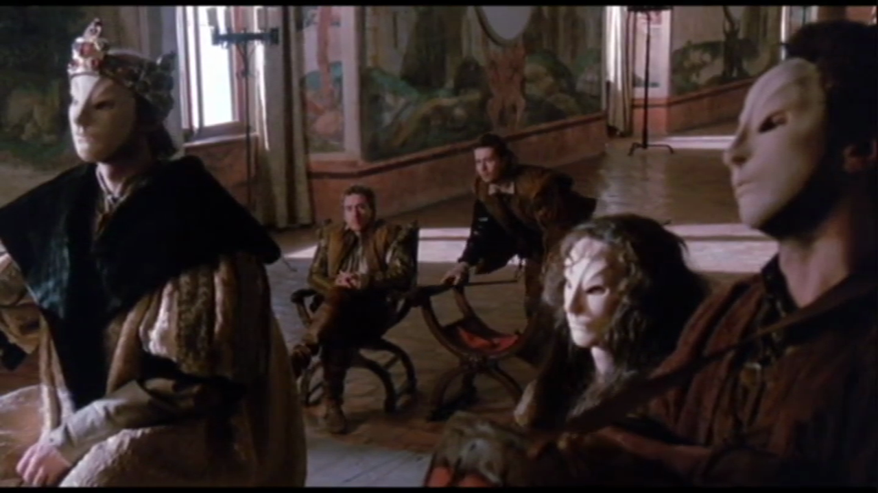 15. Rosencrantzék a maszkos színészekkel együtt nézik a bábokkal előadott Gonzago megölését.