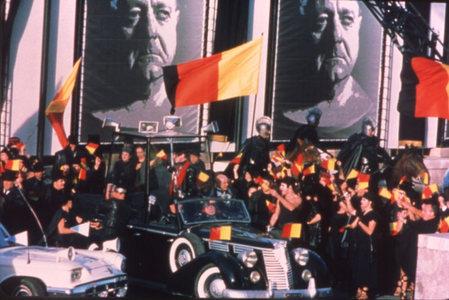 A császárválasztás jelenetét - mely a Mussolini által építtetett hírhedt Kolosszeum-tér előtt játszódik - Taymor fasiszta tömeggyűlésként ábrázolja. <em>Titus</em> ( Julie Taymor, 2000)