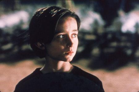 A fiatal Lucius, aki Titus unokája a filmben, velünk, a láthatatlan moziközönséggel együtt nézi végig mindazokat a borzalmakat, amiket nagyapja és annak ellenségei elkövetnek. <em>Titus</em> ( Julie Taymor, 2000)