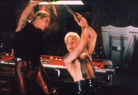 Tamora két fiának, Demetriusnak és Chironnak a videojátékoktól és a punk-rock zenétől való függősége mintegy érzéketlenné teszi őket brutális tetteik következményei iránt. <em>Titus</em> ( Julie Taymor, 2000)