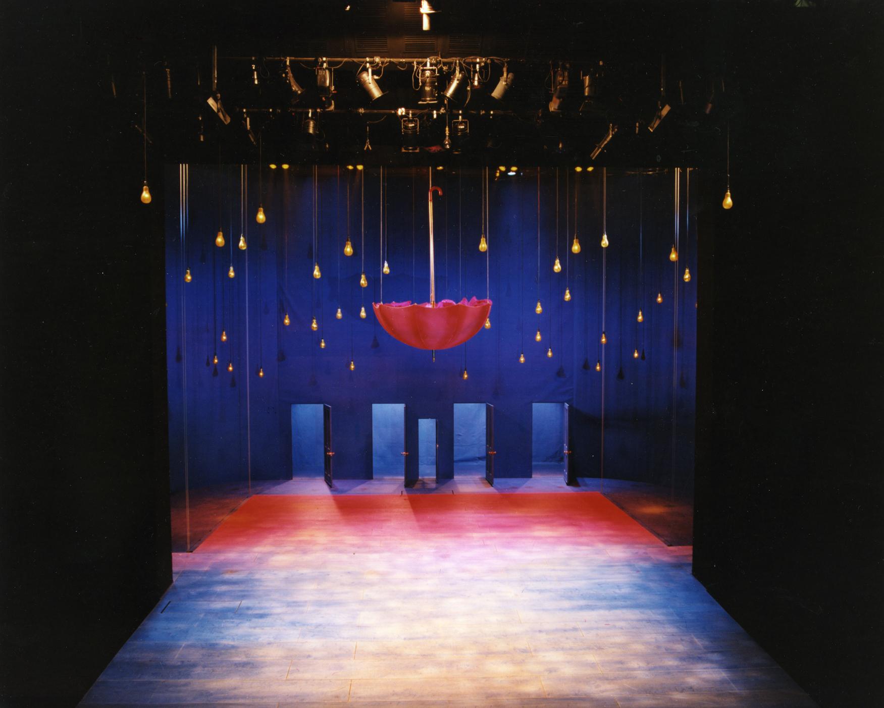 Adrian Noble filmes adaptációja egy színházi előadás zártságát, intimitását idézi. Számos utalást láthatunk olyan híres gyerekfilmekre, mint az Alice csodaországban, az Óz, a nagy varázsló és az ET. <em>Szentivánéji álom</em>. (<em>A Midsummer Night's Dream</em>. Adrian Noble, 1996)