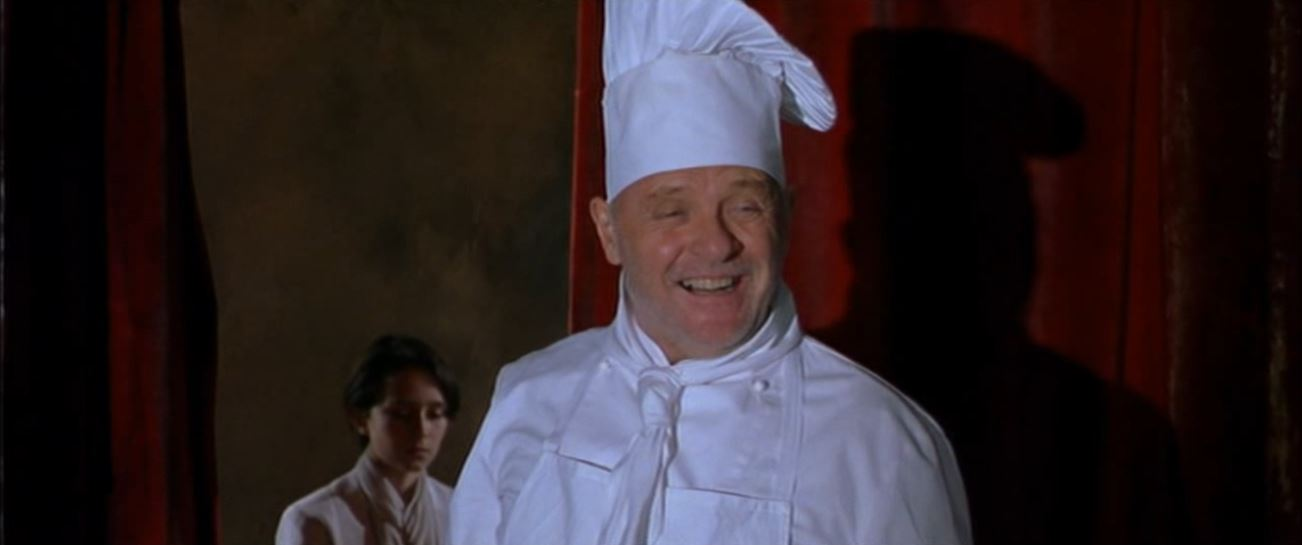 Titus mint vendégszerető házigazda vidám szakácsnak öltözik, aki büszkén, boldogan jár-kel vendégei között. <em>Titus</em> ( Julie Taymor, 2000)