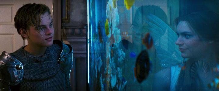 Romeo és Júlia szerelmének tisztaságát Luhrmann újra és újra a víz szimbolikájával, e csendes, átlátszó, időntúli őselem megjelenítésével kapcsolja össze. <em>William Shakespeare's Romeo+Juliet</em> (Baz Luhrmann, 1996)