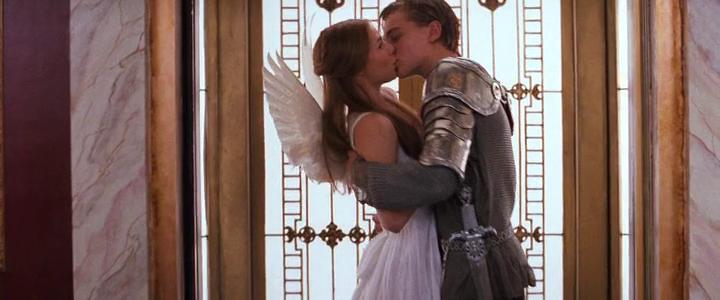 A bálon Romeo középkori lovagnak öltözik, Júlia pedig Boticelli-angyalnak; ezek a jelmezek olyan kulturális múlttal társítják a szerelmeseket, mely védelmet nyújt számukra Verona Beach érték nélküli világában. <em>William Shakespeare's Romeo+Juliet</em> (Baz Luhrmann, 1996)