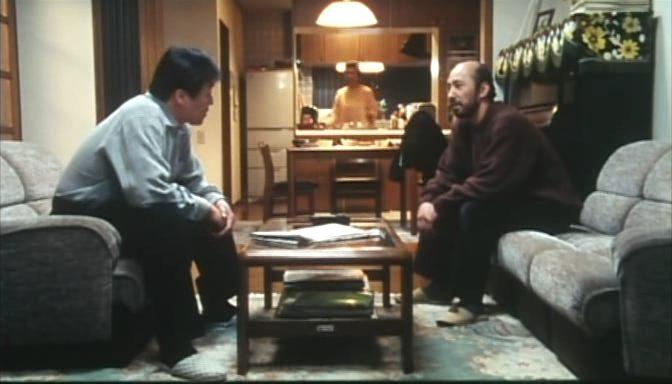 Sosuke lakása: hideg színek, pontos, geometrikus formák, <em>Rögeszme</em> (<em>Tsumetai chi</em>. Aoyama Shinji, 1997)