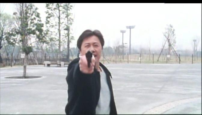 A megtalált fegyvert Saga a kamerának szegezi. <em>Rögeszme</em> (<em>Tsumetai chi</em>. Aoyama Shinji, 1997)