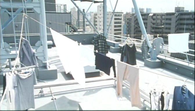 A szárítókötélre terített ruhák textuális-vizuális gazdagsága. <em>Rögeszme</em> (<em>Tsumetai chi</em>. Aoyama Shinji, 1997)