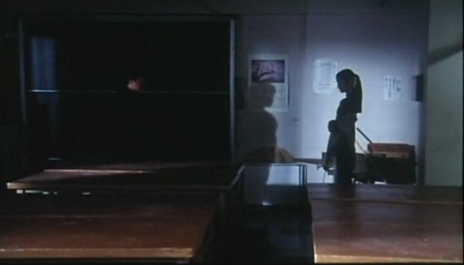 A szereplők a sötétségbe burkolóznak. <em>Rögeszme</em> (<em>Tsumetai chi</em>. Aoyama Shinji, 1997)