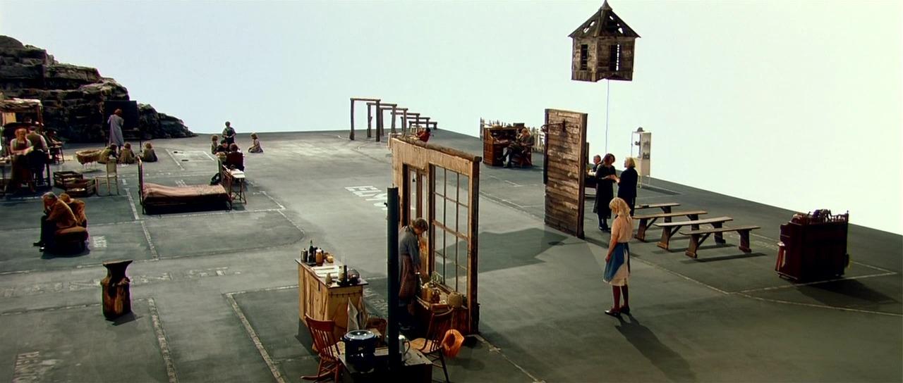 A <em>Dogville</em> (Lars von Tier, 2003) szereplői a színházi test tehetetlenségébe, korlátaiba ütköznek.