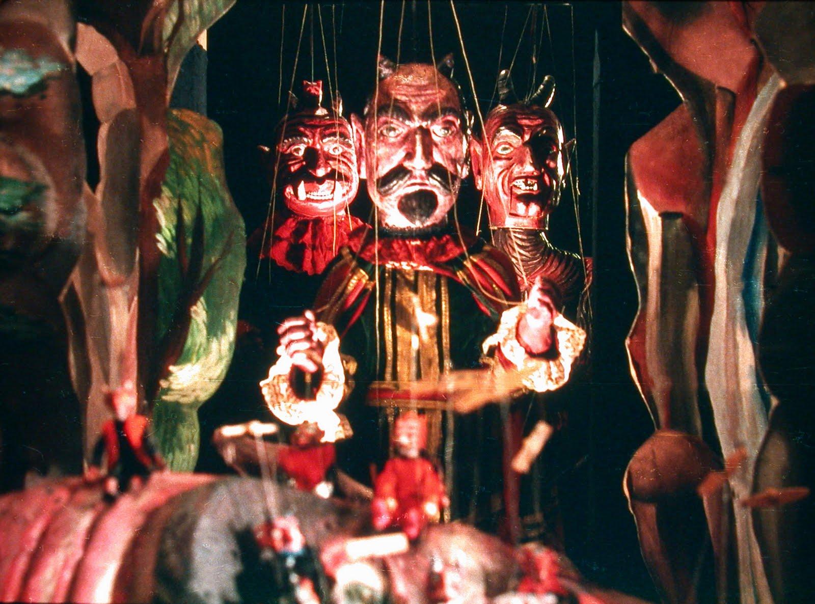 A zsinórokat elengedő kéz képe és a baba szabad elfutása lehetetlen, értelmezhetetlen jelenséggé változtatja a bábot. <em>Faust</em> (Jan Svankmaier, 1994).