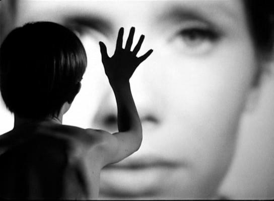 Az elérhetetlen nő/anya/művészet/közönség...? - a Persona talán leggyakoribb képidézete. <em>Persona</em> (Ingmar Bergman, 1966)