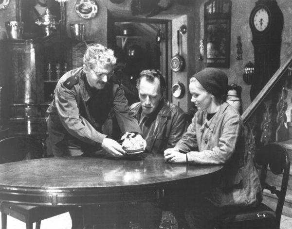 Eva és Jan az antikváriusnál, a <em>Szégyenben</em>. (<em>Skammen</em>. Ingmar Bergman, 1968)
