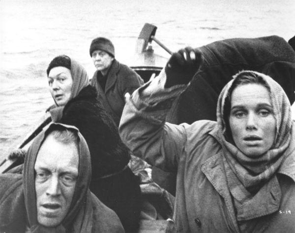 A <em>Szégyen</em> (<em>Skammen</em>. Ingmar Bergman, 1968) záró képsora: a menekülők csónakja lassan a tengerbe vész...