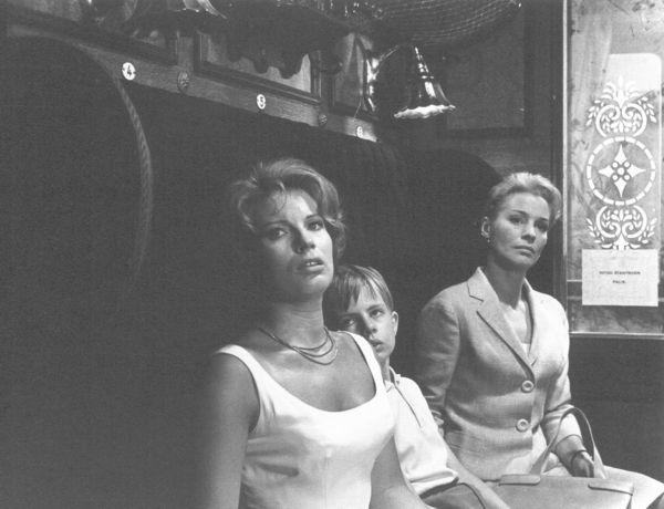 <em>A csend</em> (<em>Tystnaden</em>. Ingmar Bergman, 1963) kezdő képsorai. A három figura tekintetének irányultsága még mozdulatlanságukban is rendkívül mozgalmas, árulkodó.