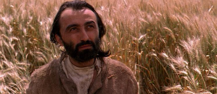 A bizánci ikonok hieratikus arckifejezése tovább él a film főszereplőjének ábrázatán. <em>Madárszabadító, felhő, szél</em> (Szaladják István, 2006)