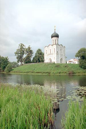 A <em>Madárszabadító, felhő, szél</em> nyitóképein feltűnő orosz templom
