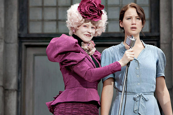 Effie (Kapitólium) és Katniss (12. Körzet) kontrasztja.